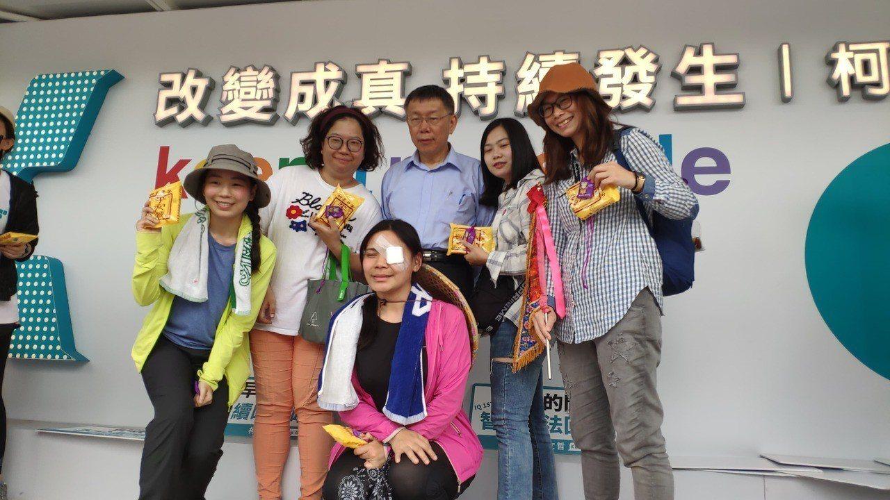 台北市長柯文哲(後排中)與民眾互動拍照。記者李京昇/攝影