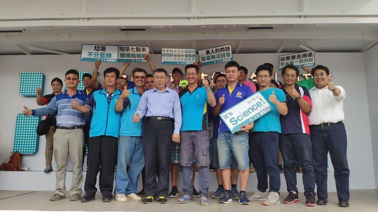 雲林在地青年農民向台北市長柯文哲(前排左四)請命。記者李京昇/攝影