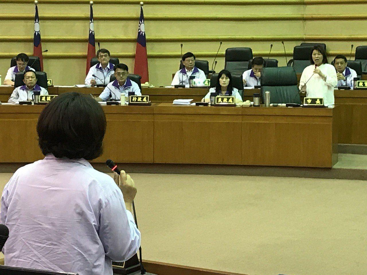 嘉義市議會今天專題討論鐵路高架化,嘉義市長黃敏惠(右一)接受議員們質詢,她強調為...