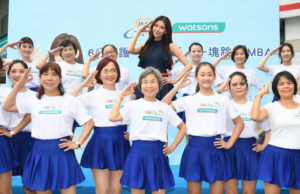 林志玲(中)出席「6分鐘護一生」公益活動,在記者會上大跳ZUMBA舞。圖/縱橫傳...