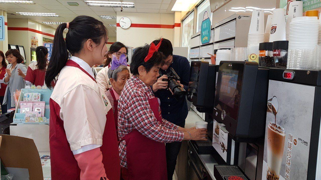 統一超商在新竹市科學門市設立「幾點了咖啡館」幫助失智長者減緩退化,店員耐心指導協...
