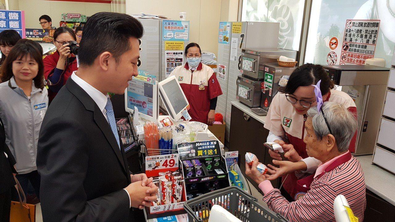 統一超商在新竹市科學門市設立「幾點了咖啡館」,透過服務體驗幫助失智長者減緩退化,...