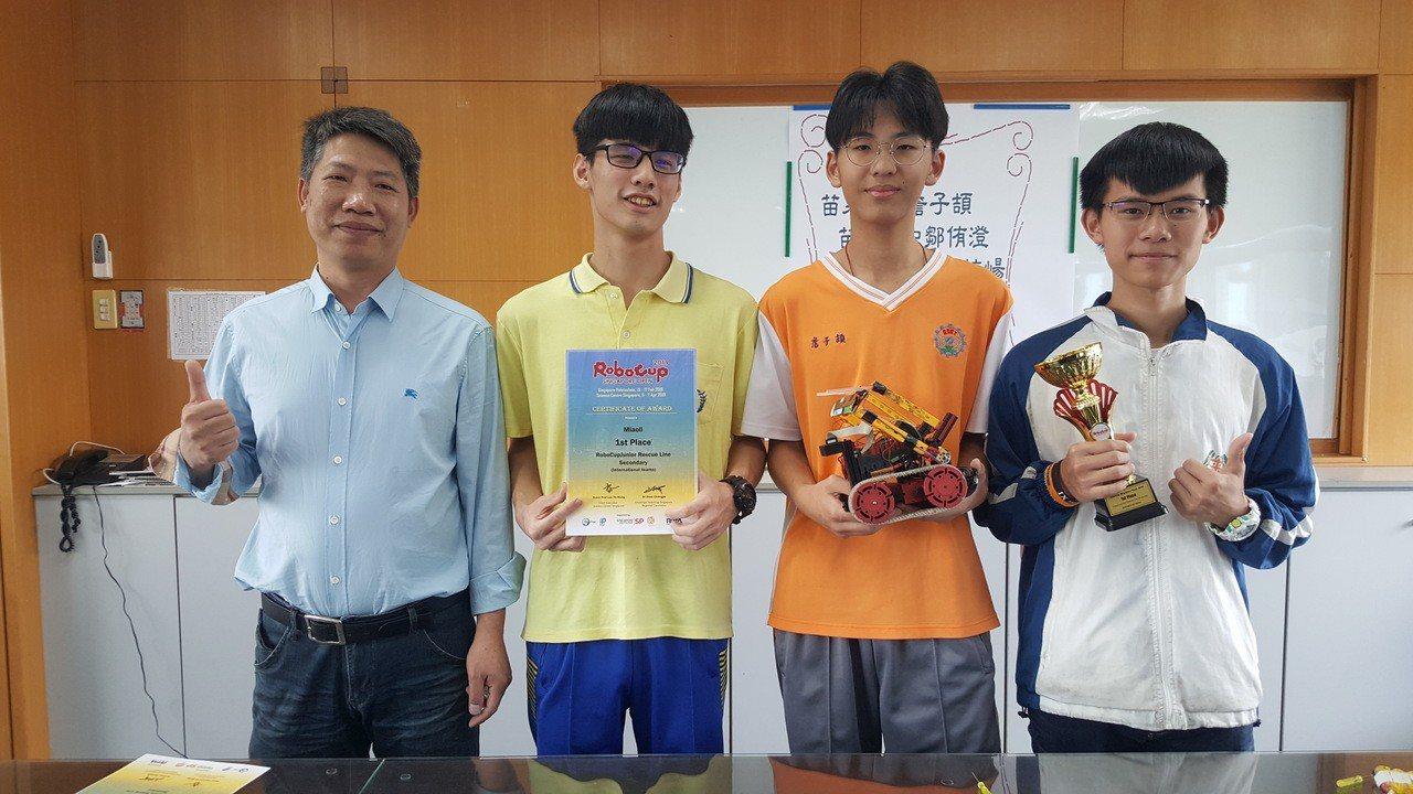 鄒侑澄、詹子頡、傅梓崵從小學就跟教練鍾武成(左一)學習機器人。記者胡蓬生/攝影