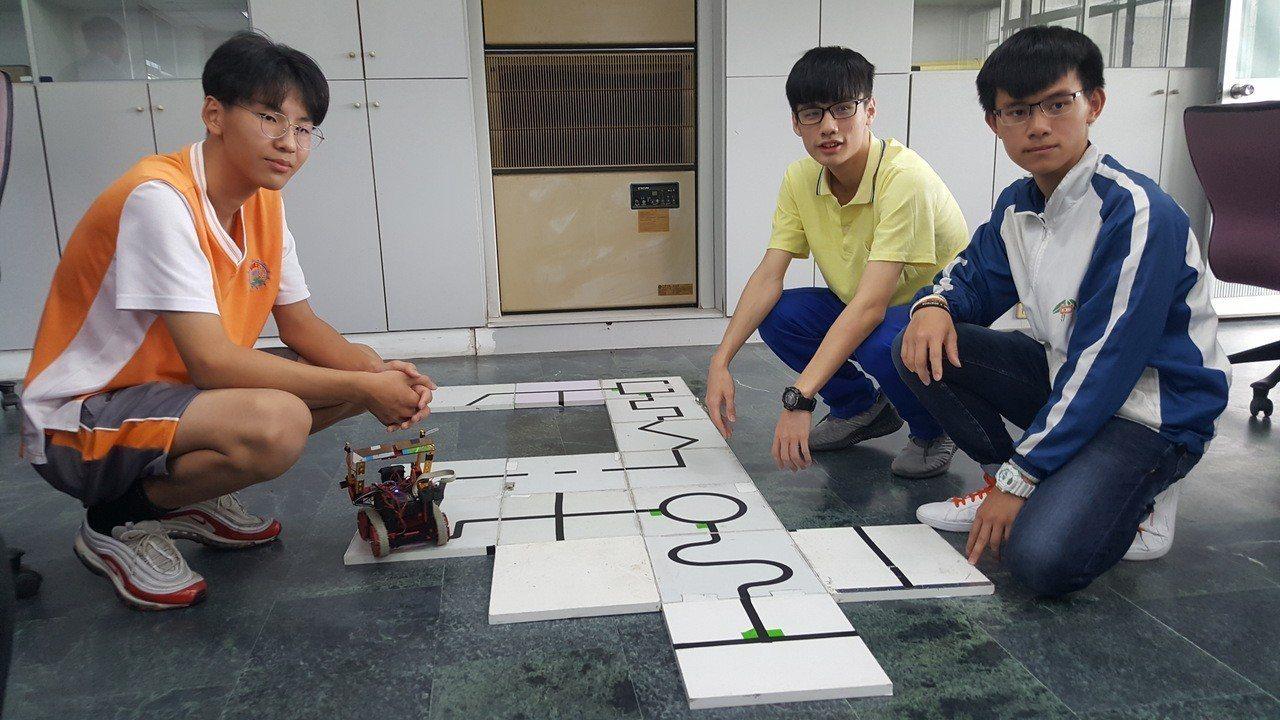 詹子頡(左起)、鄒侑澄、傅梓崵3名高中職學生組「Miaoli」隊,在新加坡參加機...