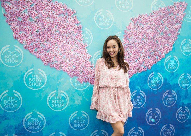 THE BODY SHOP極羨之旅櫻花派對讓愛紗少女心噴發,甜美笑顏狂拍照。圖/...