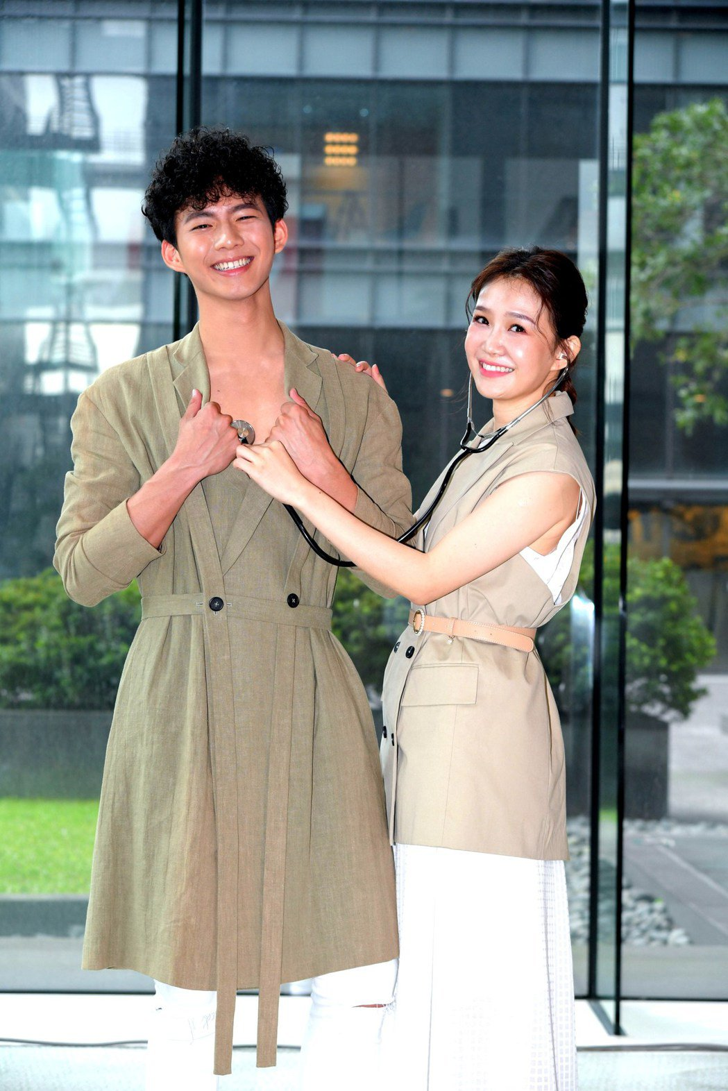 李佳豫(右)在戲中飾演醫師,將與吳念軒展開一段戀情。圖/三立提供