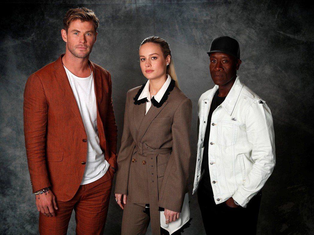 「雷神索爾」克里斯漢斯沃(左起)、「驚奇隊長」布麗拉森與「戰爭機器」唐奇鐸在「復...