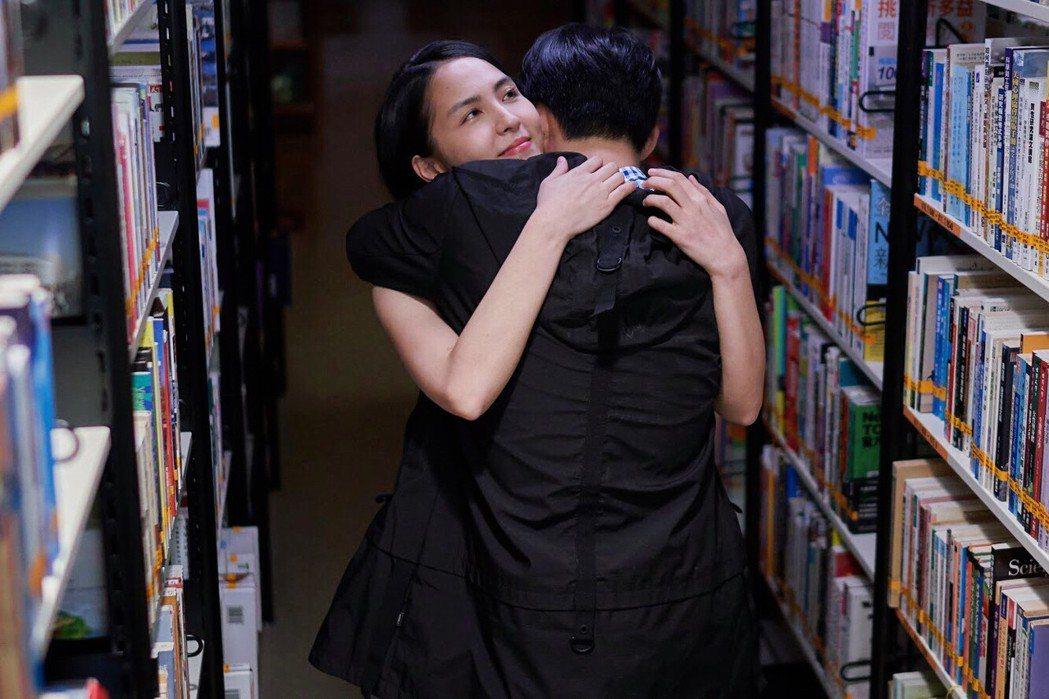 魏蔓裸背與張庭瑚擁抱。圖/東森提供