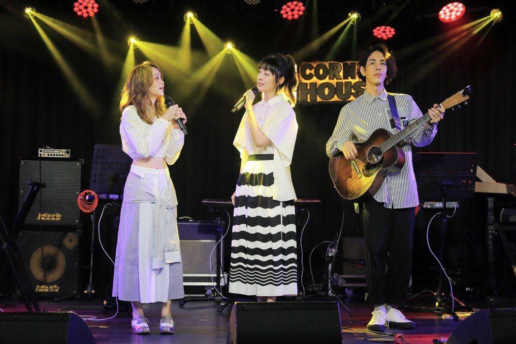 慢慢說樂團舉辦新歌演唱會,田中千繪(中)來助陣。圖/雅慕斯娛樂提供