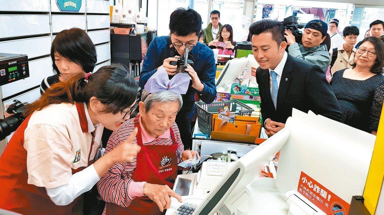 統一超商在新竹市科學門市設立「幾點了咖啡館」,市長林智堅(前右)號召大家支持。 ...