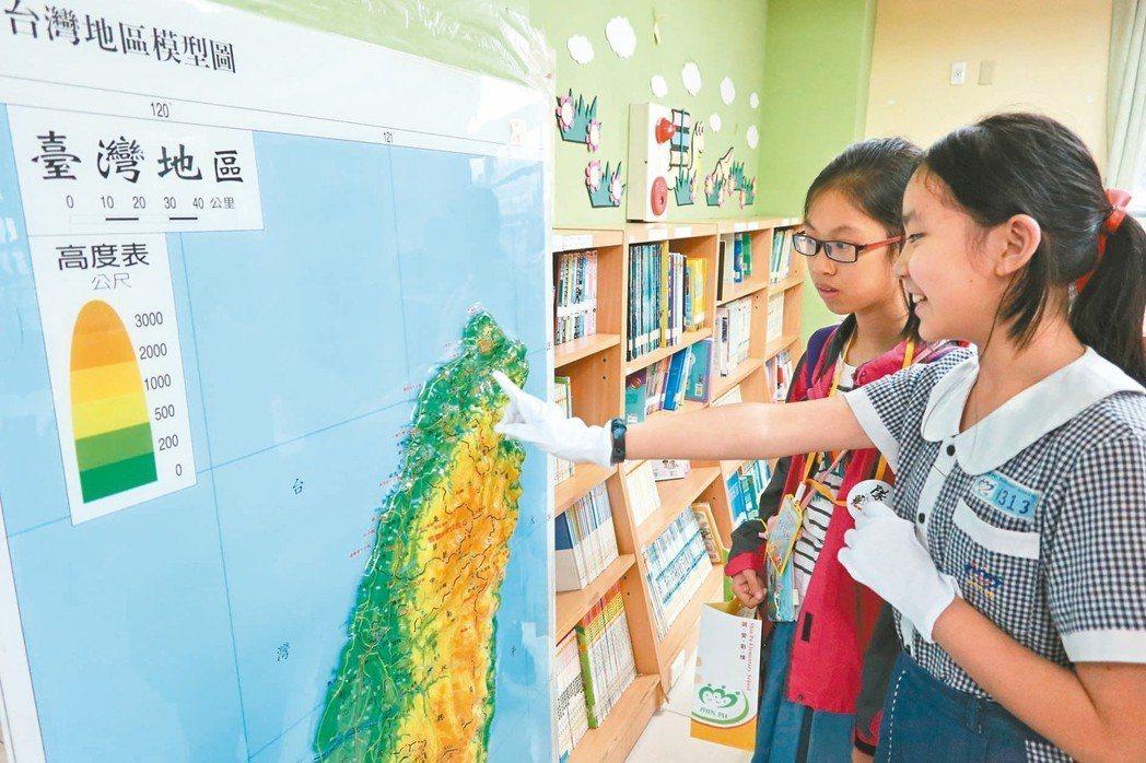 桃園市新埔國小友善閱讀環境,軟硬體條件都吸引孩子的興趣。 記者許政榆/攝影