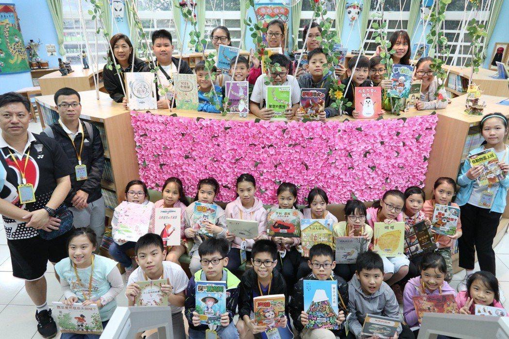 桃園市新埔國小友善閱讀環境及創新模式,香港中華基督教協和小學師生來參訪交流。記者...