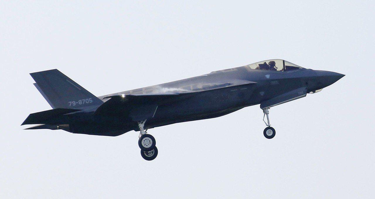 日本一架F-35A戰機9日失事墜毀,圖為青森縣三澤基地的同型戰機。(美聯社)