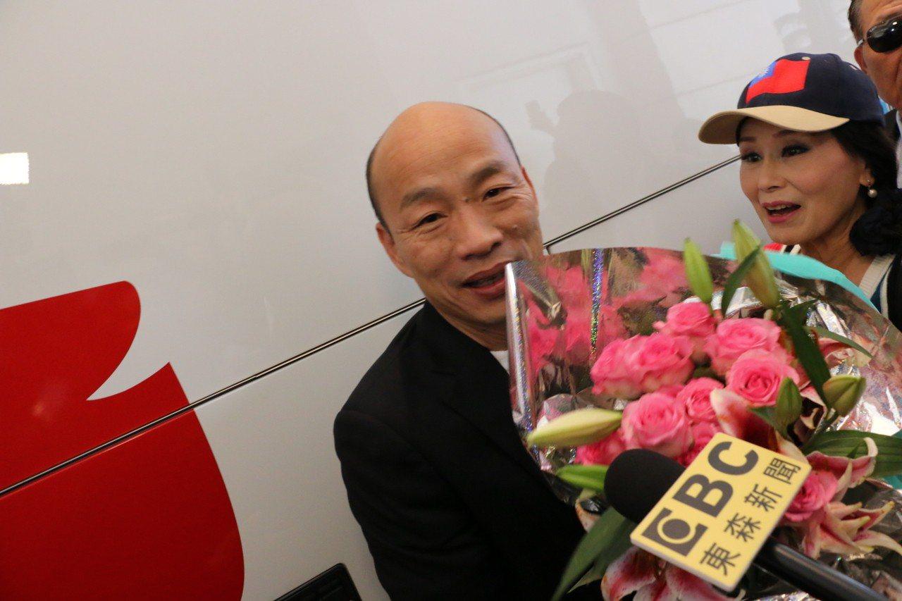 圖為高雄市長韓國瑜在美西時間12日晚間6時許抵達下榻的洛杉磯喜來登飯店,藝人張琍...