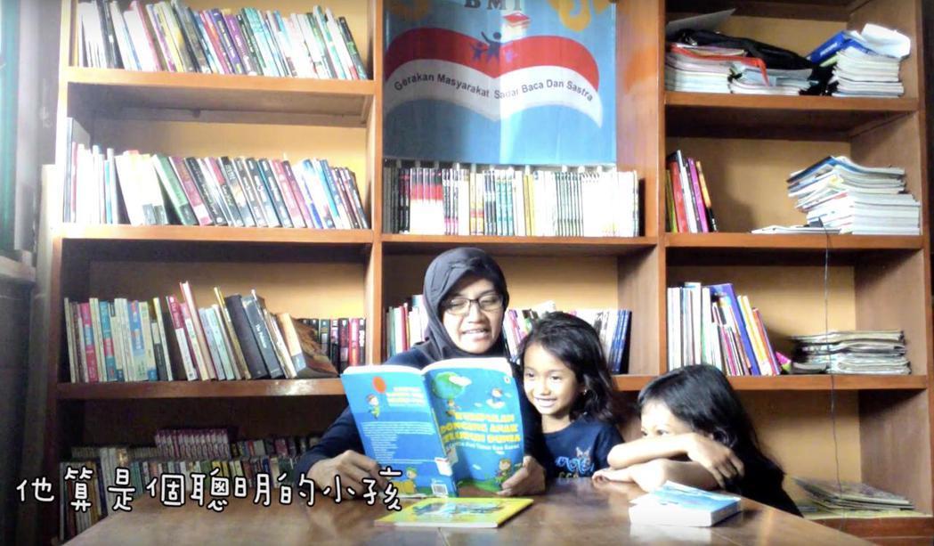 燦爛時光只租不賣的靈感一部分來自於印尼移工Erin(左),她曾是移工文學獎得主,...