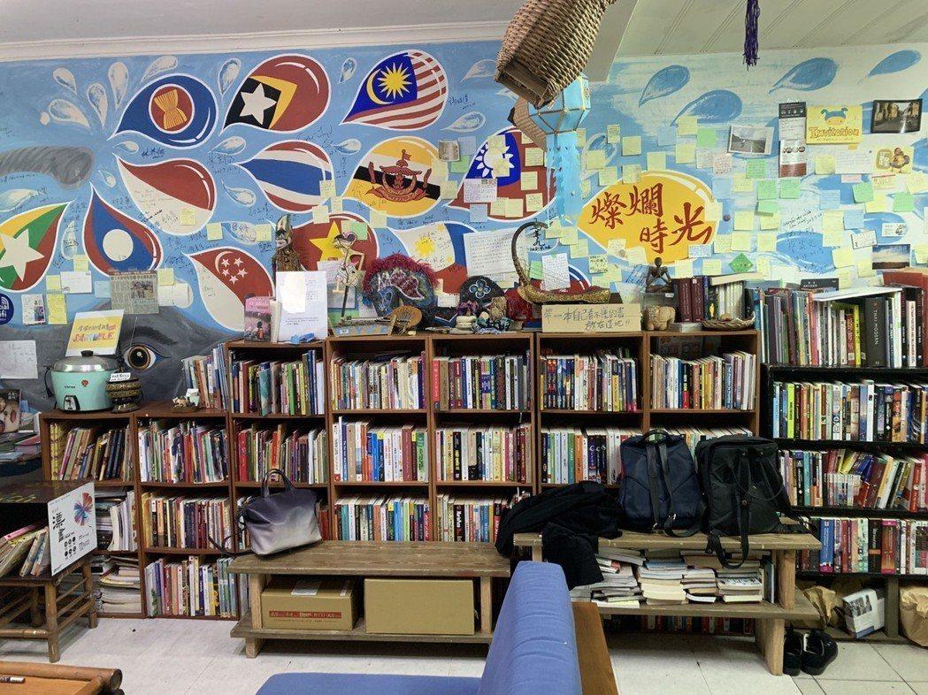 燦爛時光東南亞主題書店的牆上,有各國國旗。記者魏翊庭/攝影