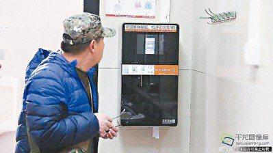 智慧型手機臉部辨識技術已十分普遍,中國大陸更是把臉部辨識科技應用到一般日常生活上...
