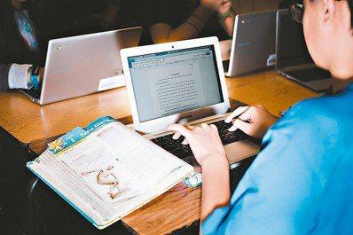當15歲的史凱勒想在課堂上傳訊息給朋友時,不是把文字寫在紙條上再傳給朋友,反而是...