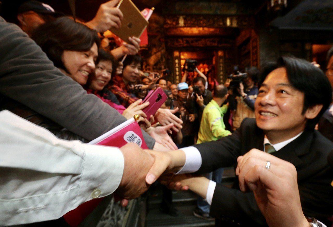 行政院前院長賴清德(右)近日舉辦新書簽名會,面對支持者合影、握手、比讚等各種要求...