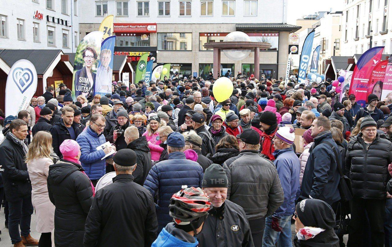 芬蘭明天將舉行大選,政府提醒民眾防範假新聞及假消息。圖為民眾參加議員候選人的造勢...