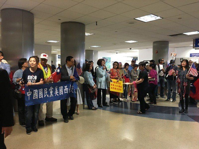 南加200多名熱情僑胞早就在洛杉磯國際機場,拿著自製標語及中華民國國旗等候多時。...