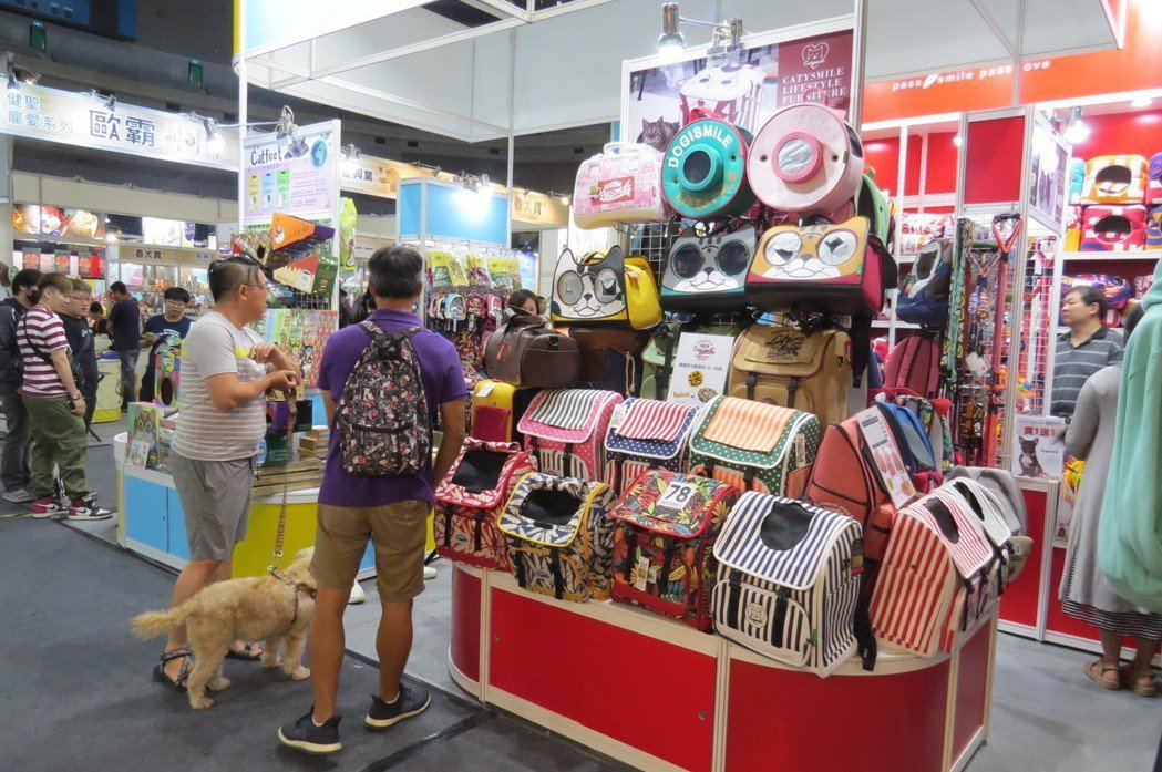 高雄寵物用品展展出毛小孩專用物品,種類玲瑯滿目。 李福忠/攝影