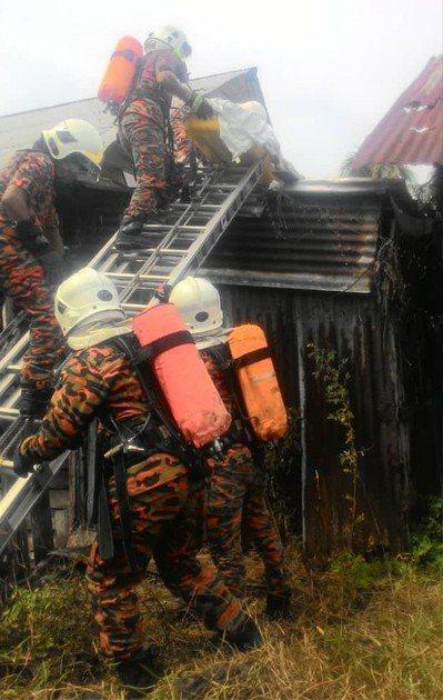 馬來西亞一名獨居男子,維修屋頂時,疑似心臟病發身亡。圖擷自中國報