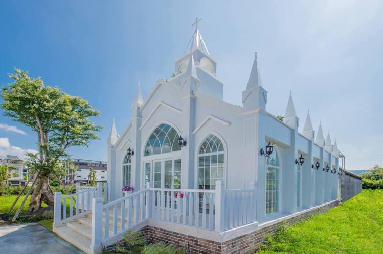 圖/素雅的哥德式白色教堂。擷取自粉絲團。