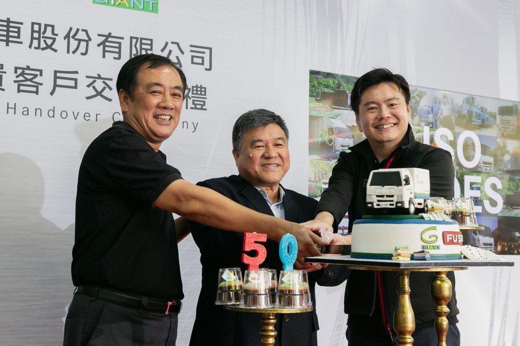 FUSO於慶祝典禮上特別訂製翻糖藝術蛋糕現身舞台,象徵FUSO與客戶結緣50年。...