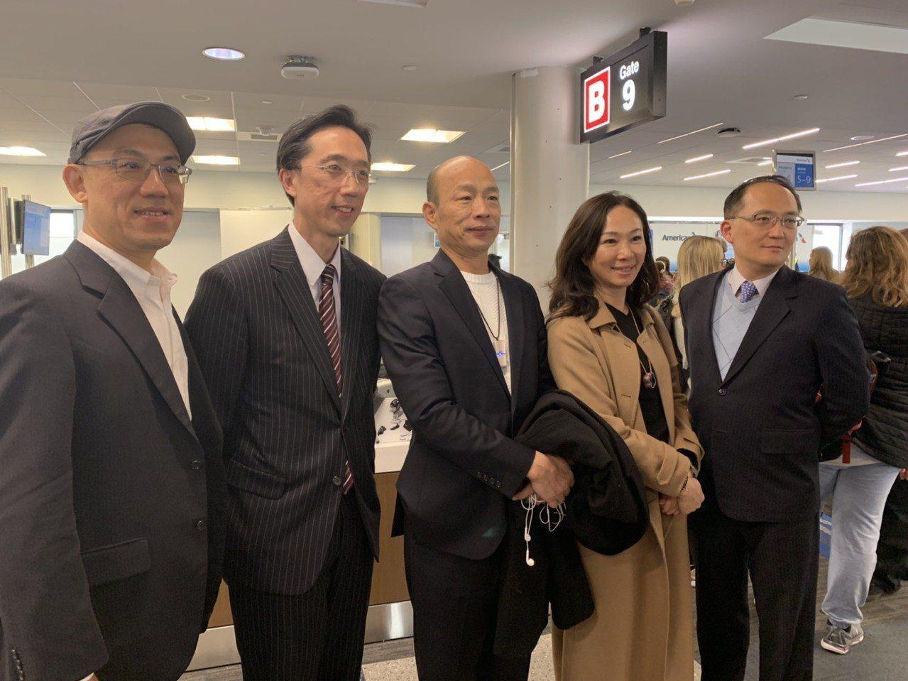 美東時間12日上午12時許,高雄市長韓國瑜正準備從波士頓機場轉機到洛杉磯。記者王...
