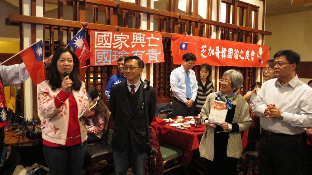 在等待韓國瑜到早餐會的空檔,立委陳宜民等人帶現場群眾唱國歌。記者王慧瑛/攝影