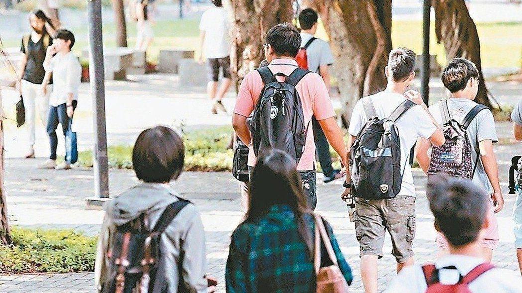 今年大學申請入學改學測5選4,一階通過人數暴增,引起部分家長焦慮,抨擊申請入學不...