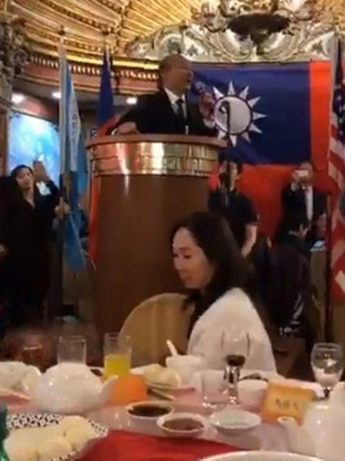 高雄市長韓國瑜(台上)在美國波士頓僑宴上喊明年1月11日台灣見,韓的太太李佳芬(...