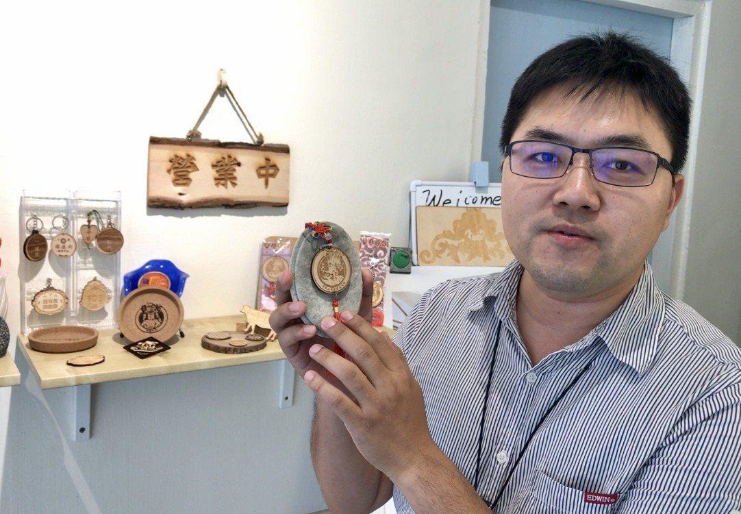 田威龍運用雷射雕刻技術進行創作,繪製媽祖形象文創品。記者江國豪/攝影