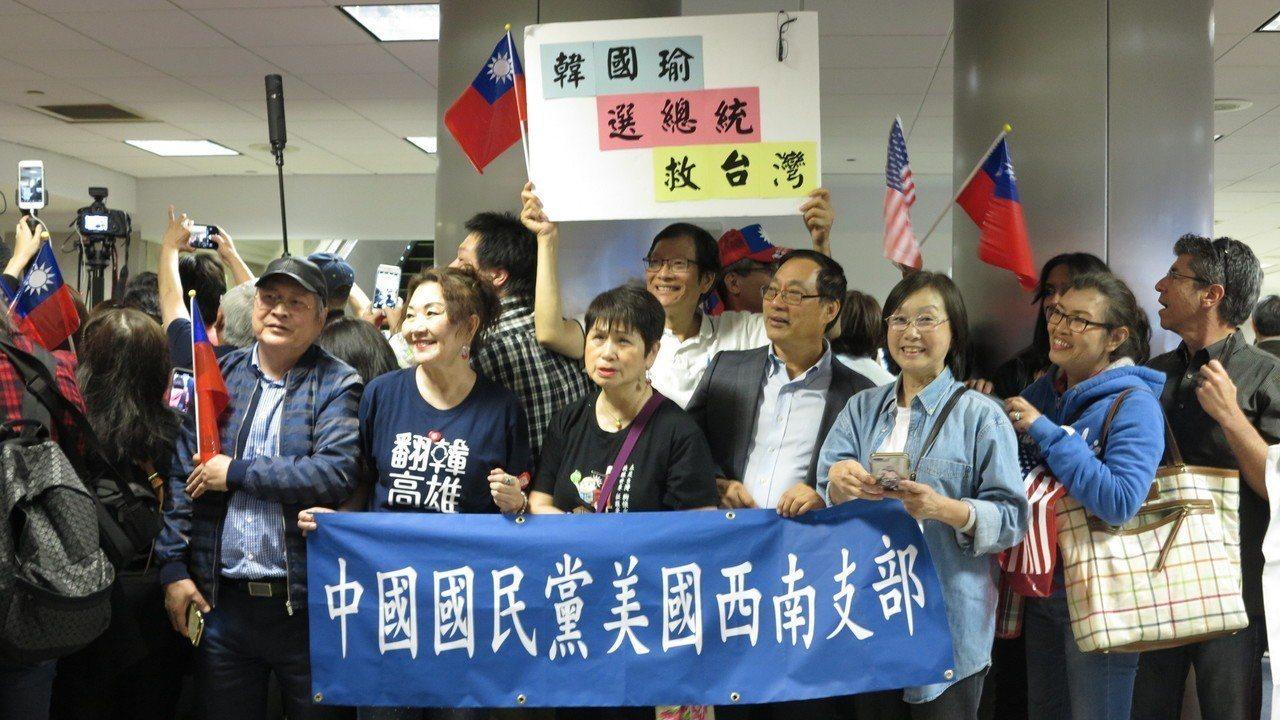 約500名洛杉磯僑胞在機場熱情迎接韓國瑜,高呼「韓國瑜選總統」。記者王慧瑛/攝影