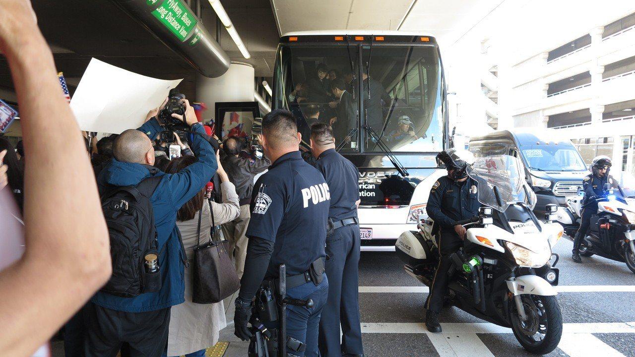 接機陣仗大,美國警察在機場內外維持秩序。記者王慧瑛/攝影