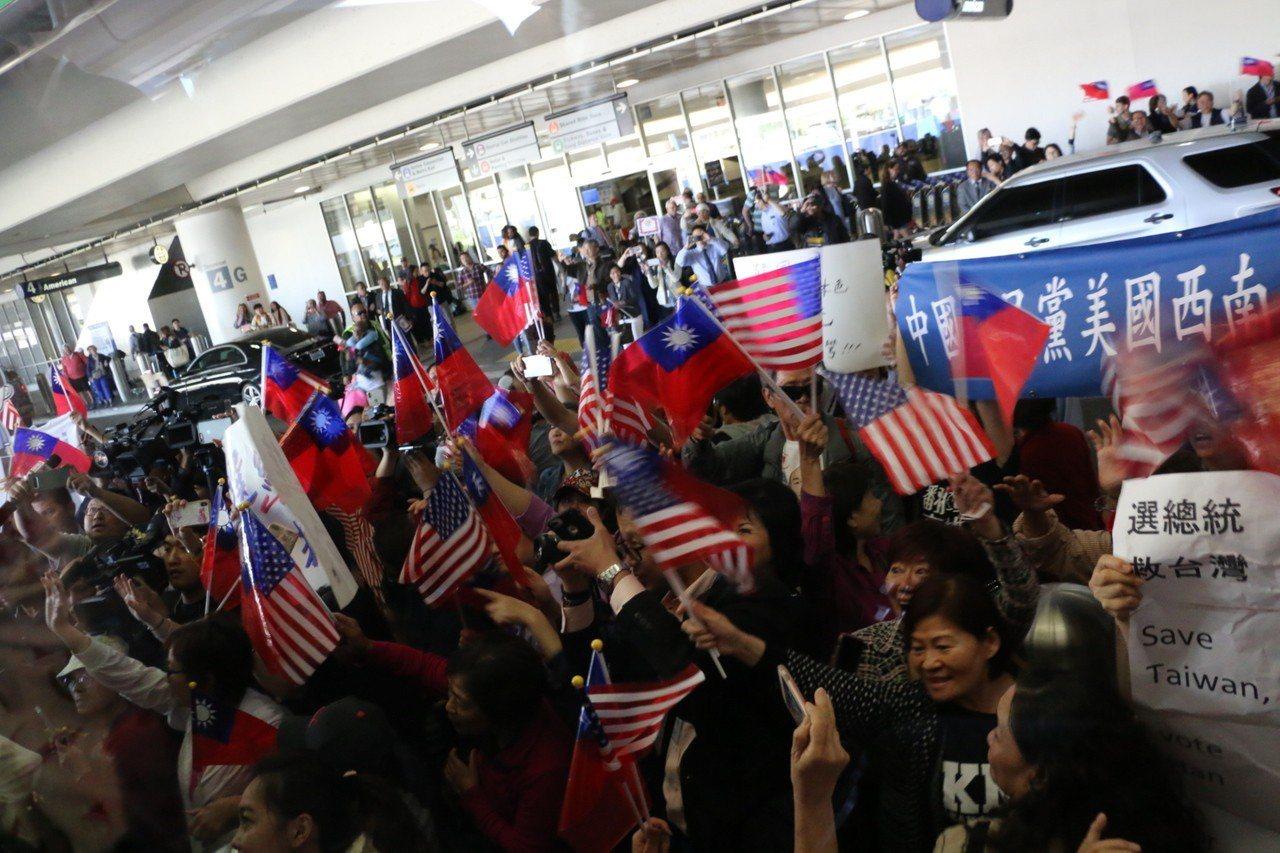 美西時間12日下午4時許,高雄市長韓國瑜從美東城市波士頓抵達西岸城市洛杉磯,僑胞...