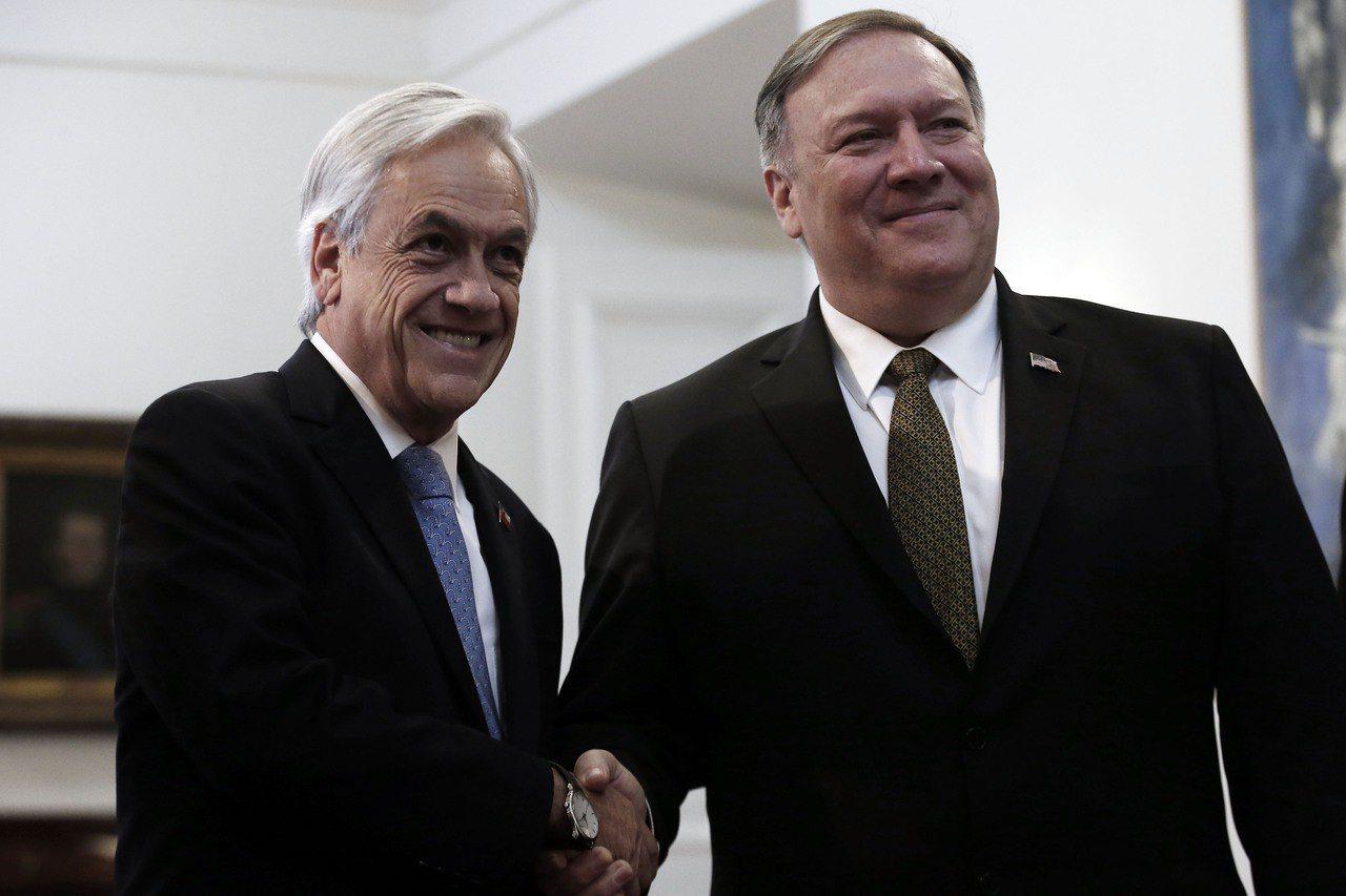 智利總統皮涅拉(左)12日與美國國務卿龐培歐(右)會談。美聯社