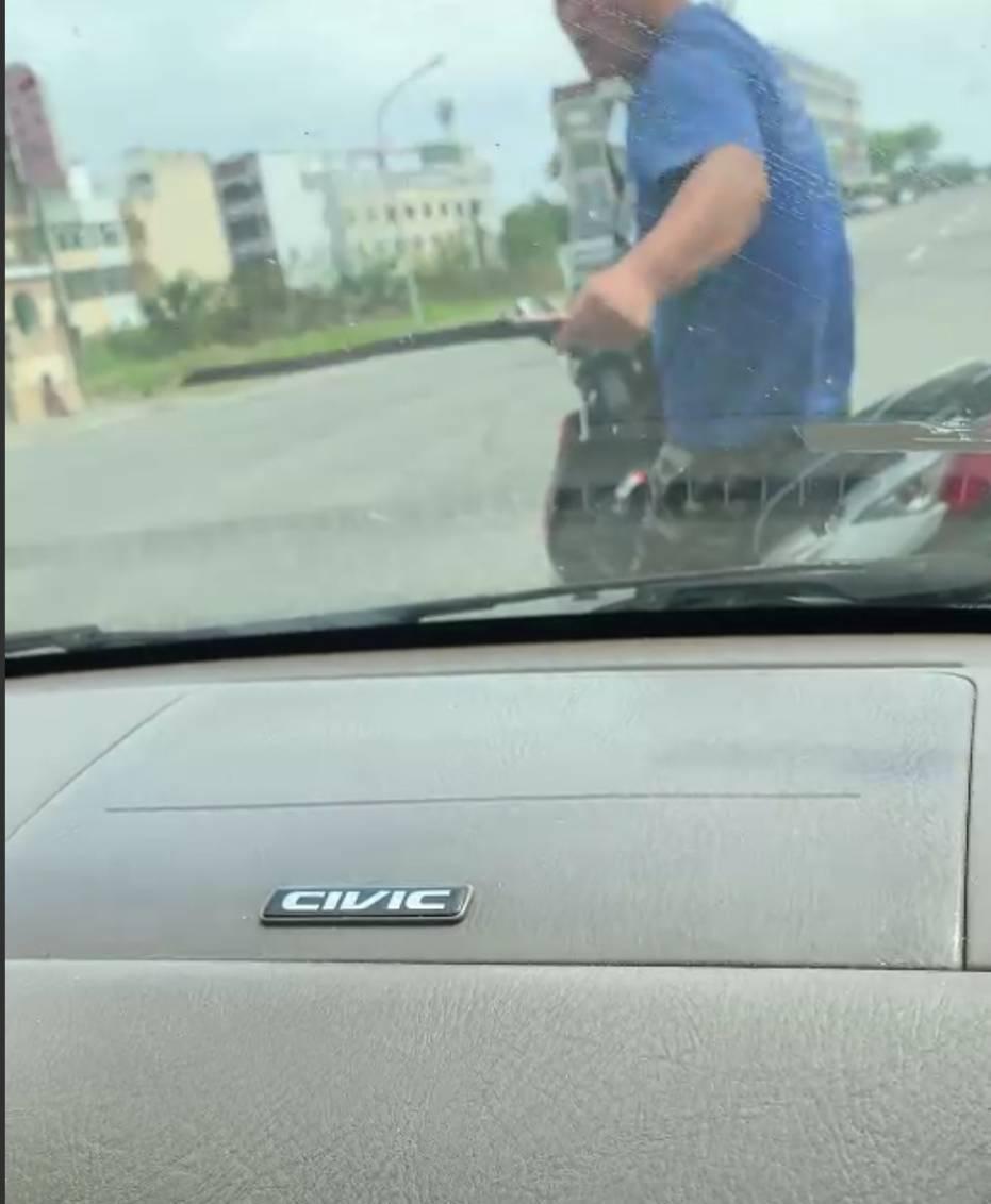 台東一名陳姓騎士日前疑和自小客車發生行車糾紛,竟持開山刀朝車輛砍擊,最後警方被強...