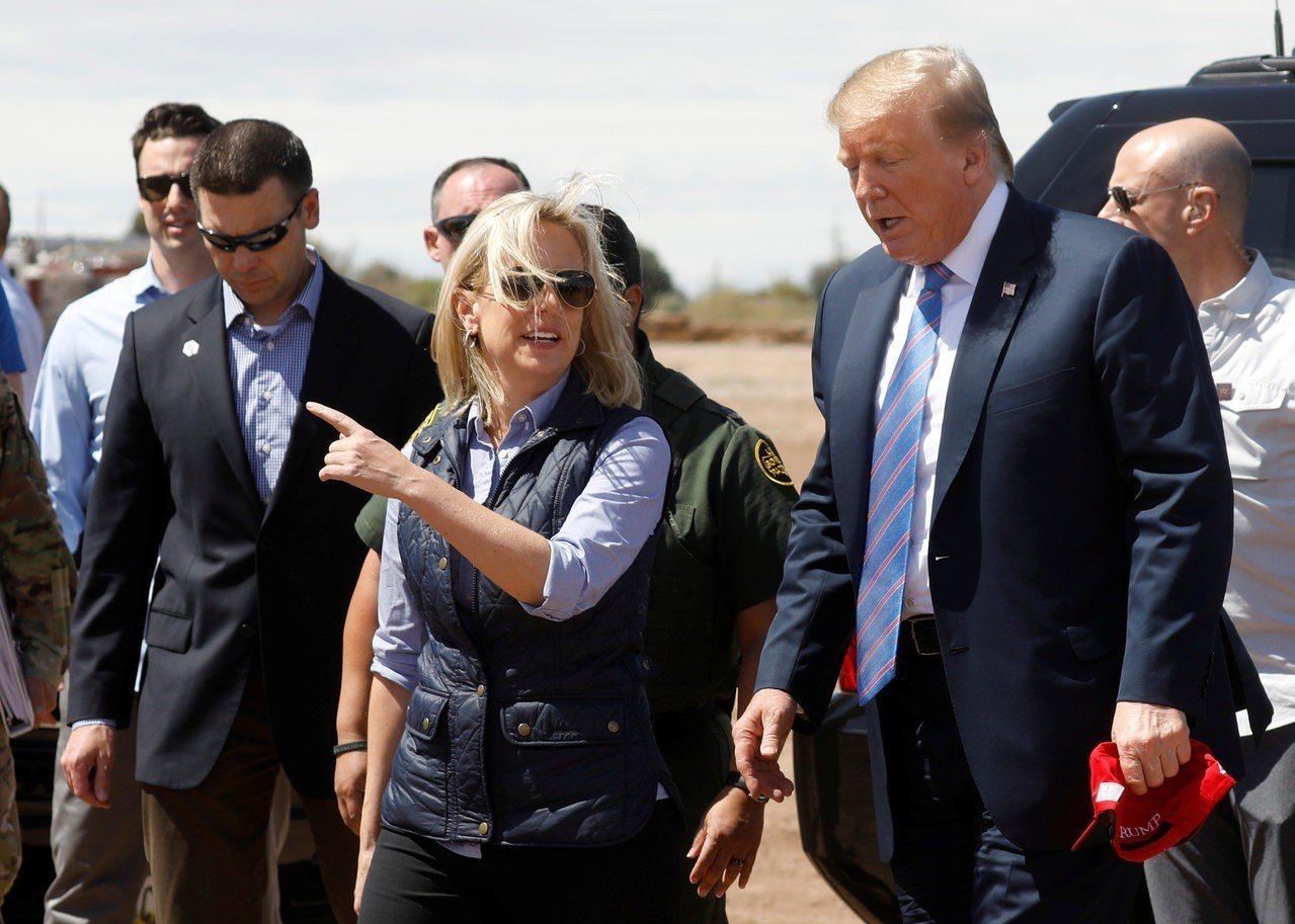 時任海關與邊境保護局局長的麥卡利南(左)5日陪同川普總統(右)視察加州邊界。圖中...