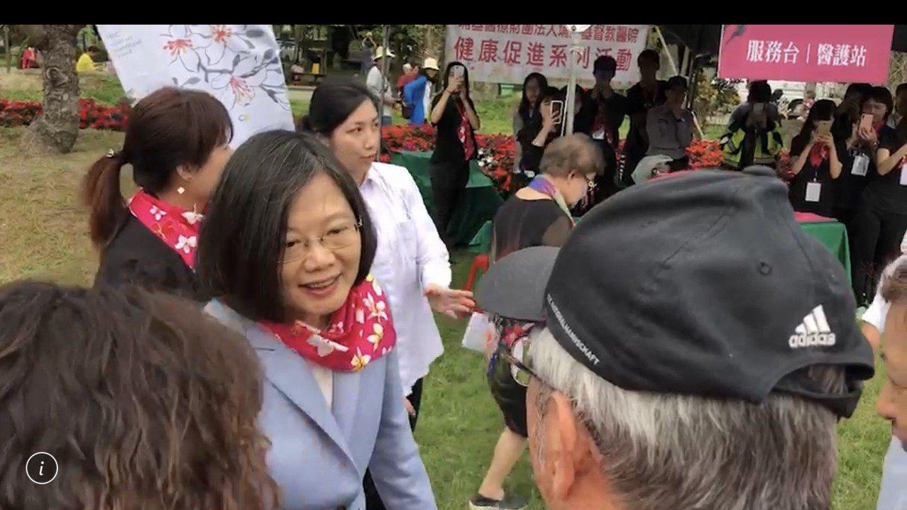 蔡英文總統今天參加桐花祭,支持者大喊「加油」、「連任」讓她相當開心。記者江良誠/...