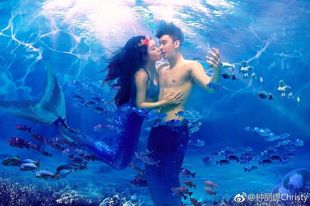 鍾麗緹和張倫碩連結婚照都特地出現人魚造型,不愧「人魚夫婦」。圖/摘自微博