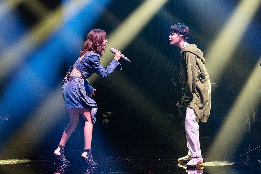 蔡依林助陣吳青峰唱「歌手」決賽。圖/摘自臉書