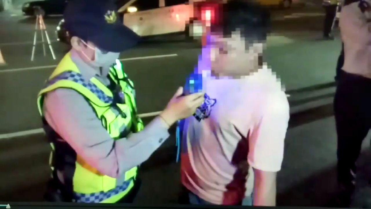 莊姓男子接受酒測,涉酒駕被捕。記者林保光/翻攝