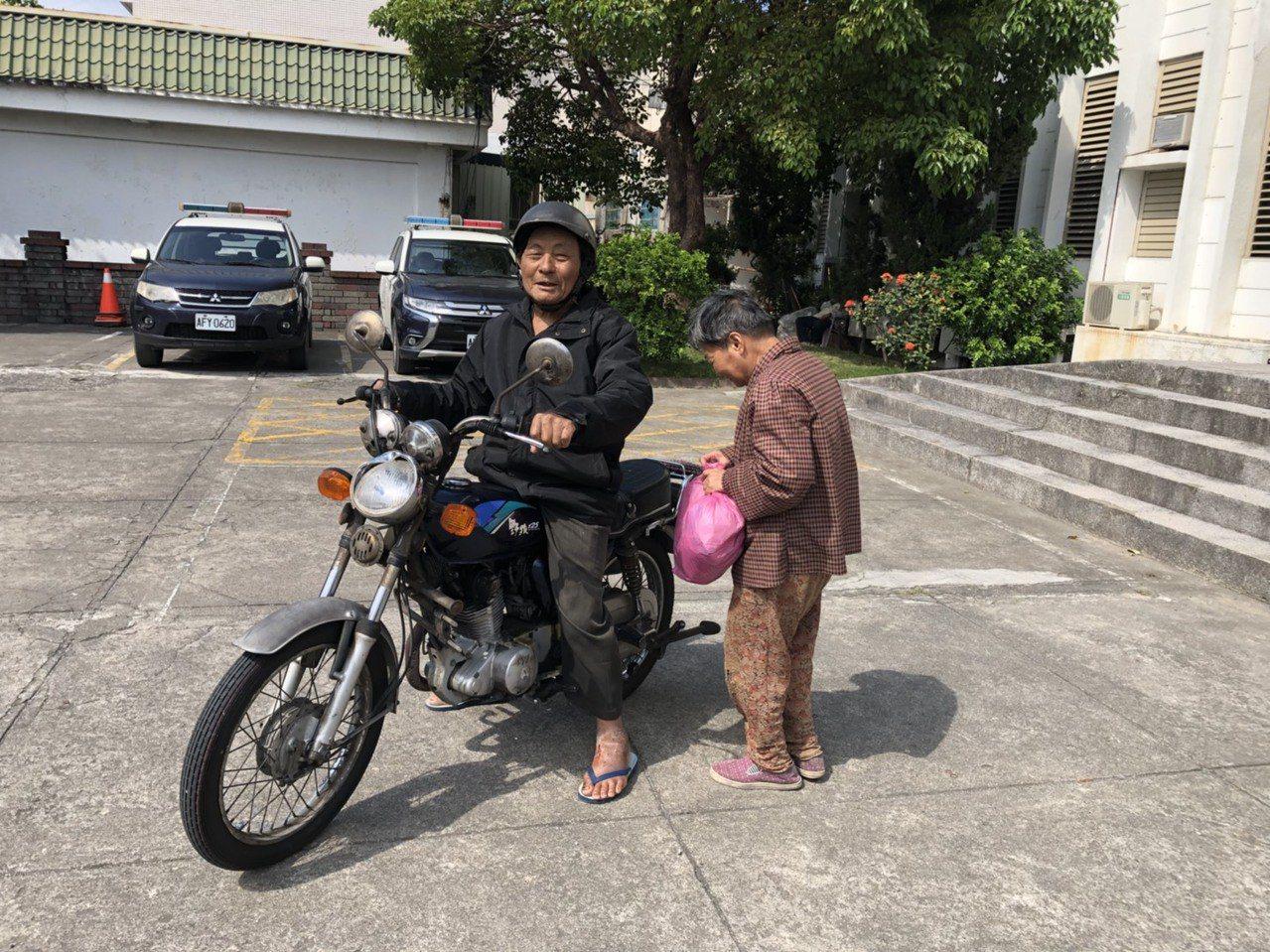 高雄一名70歲陳姓老婦,日前疑迷途走失搭車來到台東大武,老婦先生竟騎著野狼125...