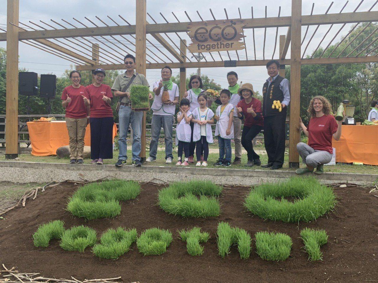 為了慶祝食物森林周年,梧桐基金會與花王合作創作「大地蛋糕」,以小麥草種植出「ec...