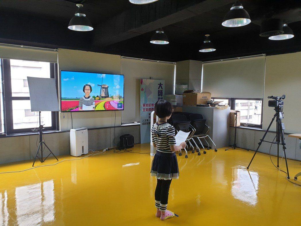 基隆市府教育處今天在教育創新研發實驗中心舉辦「愛閱愛地球」活動,在6所學校老師的...