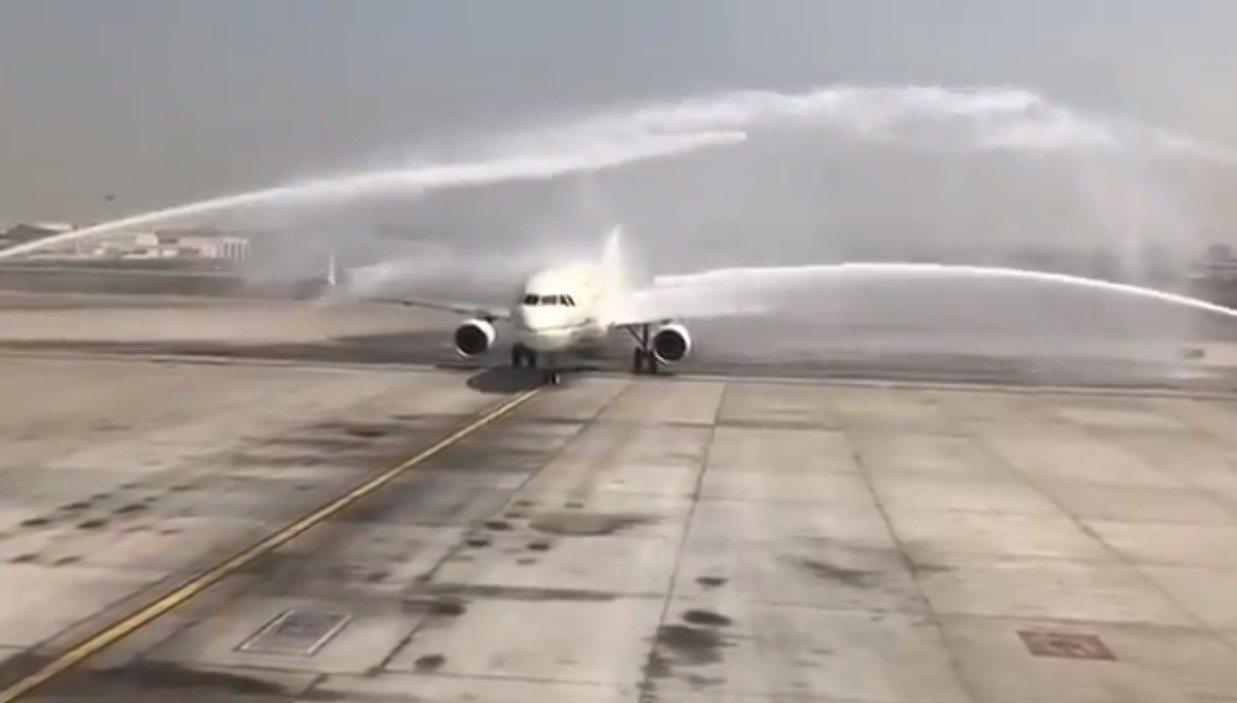 阿拉伯聯合大公國民航局去年以水炮禮迎接沙烏地阿拉伯一架客機。取自MSDAR_NE...
