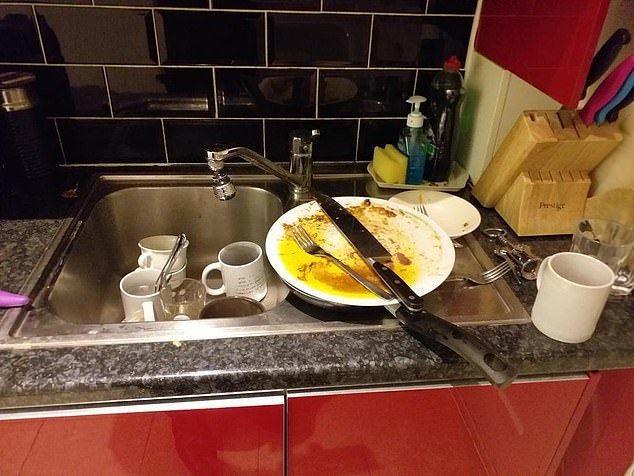 英國《每日郵報》12日獨家獲准進入亞桑傑蝸居7年的使館,揭露他種種「惡房客」行為...