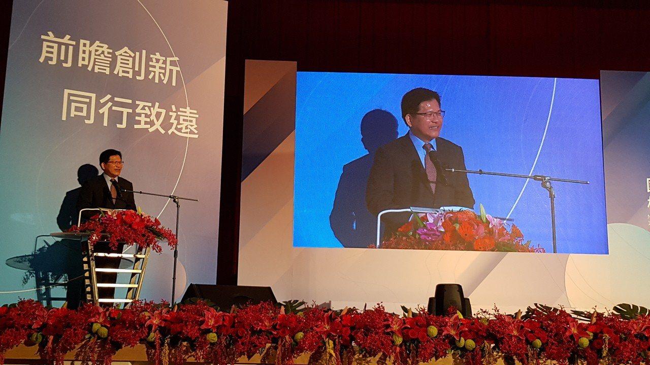 交通部長林佳龍參加交大校慶典禮,期許促成中華電信與交大合作與應用,建立策略聯盟。...